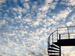 Eine Treppe, die in den blauben Himmel führt