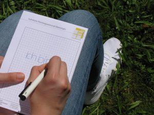 Ein Mädchen schreibt auf einem Block